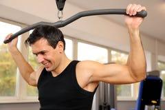 解决在健身房的英俊的人 免版税库存照片