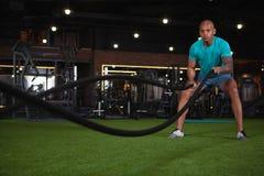 解决在健身房的英俊的男性非洲运动员 图库摄影