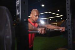 解决在健身房的英俊的男性非洲运动员 免版税库存照片