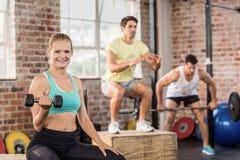 解决在健身房的适合的人民 库存图片