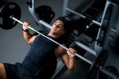 解决在健身房的年轻人 库存照片