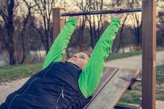 解决在公园的女运动员 免版税图库摄影