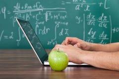 解决在膝上型计算机的学生数学题 库存图片