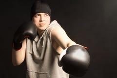 解决在训练上的年轻拳击手 库存图片