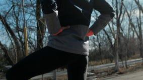 解决户外在晴朗的冬天的后面观点的亭亭玉立的健身妇女 股票录像