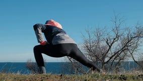 解决户外在晴朗的冬天的后面观点的亭亭玉立的健身妇女 影视素材
