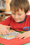 解决迷宫的孩子 图库摄影
