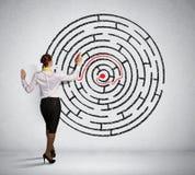 解决迷宫问题的女实业家 免版税库存图片