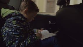 解决逻辑棋的孩子在汽车困惑 影视素材