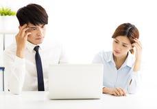 解决问题的商人和妇女在办公室 免版税库存图片