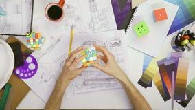 解决4x4 Rubiks立方体的顶视图工程师 影视素材