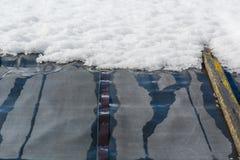 解冻在屋顶的雪 雪在屋顶解冻了 库存照片
