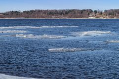 解冻在河的冰 春天来了 冰漂浮在河下 在兰色薄雾后相反海岸是可看见的 免版税库存照片