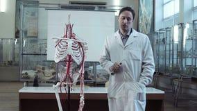 解剖学课的医疗教授与骨骼 影视素材
