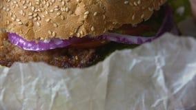 解开和吃汉堡包家,超重概念,特写镜头的唯一人 股票录像