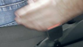 解开汽车安全安全带的男性手 股票录像