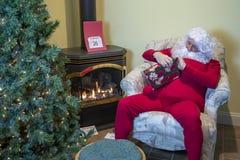解开礼物的桑特在圣诞节以后 库存图片