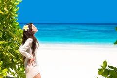 解救享受在热带海滩的美丽的妇女自然 秀丽g 库存照片
