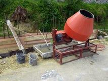 解答的准备使用一台混凝土搅拌机的在一个小建造场所 免版税库存照片
