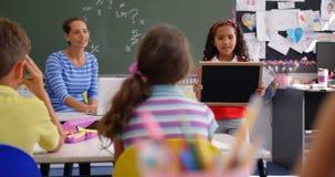 解释关于板岩的非裔美国人的女小学生正面图在教室4k 股票视频