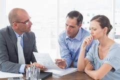 解释合同的商人对商务伙伴 免版税图库摄影
