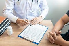 解释和屈服咨询耐心体格检查信息和诊断关于治疗的医生情况的 库存图片