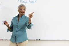 解释在教室的老师 库存照片