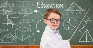 解释在黑板的男孩老师图 免版税库存照片