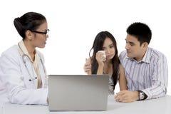 解释坏消息的产科医生对她的患者 库存图片