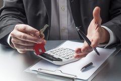 解释家庭财务的推销员 免版税库存照片
