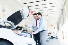 解释所有汽车特点的经销商对顾客 库存图片