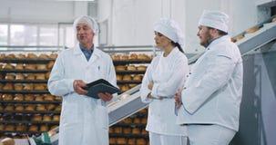 解释某事的面包店产业自动化的传动机工程师对面包师厨师如何使用机器 影视素材