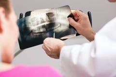解释耐心的光芒的牙科医生对x 免版税库存图片
