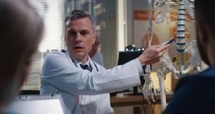 解释诊断的医生对他的同事 图库摄影