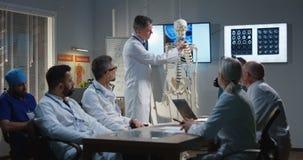 解释诊断的医生对他的同事 库存照片