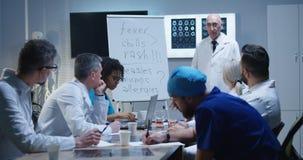解释诊断的医生对他的同事 免版税图库摄影