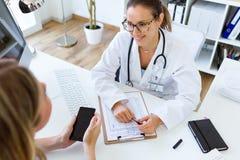 解释诊断的女性医生对她的患者 库存照片
