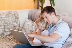 解释他的儿子的父亲互联网 图库摄影