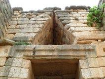 解除在蜂箱坟茔的门道入口的上三角, Atreus,迈锡尼财宝在希腊 免版税图库摄影