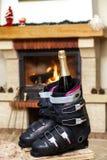 解雇在壁炉前面的滑雪靴 免版税库存照片