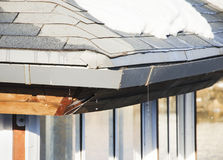 解冻,在屋顶的熔化的雪 免版税库存图片