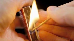 触击火柴盒的比赛的特写镜头视图,火柴盒的燃烧比赛 股票视频