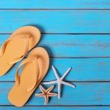 触发器海星老困厄的明亮的蓝色海滩木背景正方形 免版税库存照片