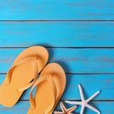 触发器海星老明亮的蓝色海滩木方形的夏天背景 图库摄影