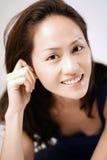 触击魅力姿势和微笑的亚裔中国夫人 免版税图库摄影