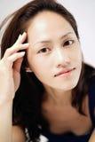 触击魅力姿势的亚裔中国夫人 免版税库存照片