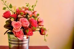 言情 玫瑰花束在金属罐的 免版税库存照片