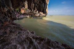 詹姆斯庞德海岛,小船的游人 泰国 免版税库存图片