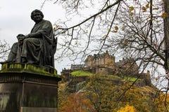 詹姆斯辛普森staute和爱丁堡在秋天防御 免版税图库摄影