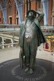 詹宁斯的Betjeman 14/04/2018伦敦英国圣Pancras雕象  库存照片